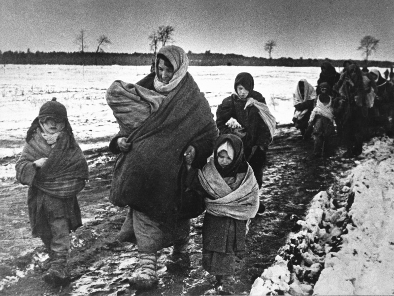 Советские женщины и дети возвращаются домой. Авторское название фото — «В родное село». Макс Альперт, 1943 год