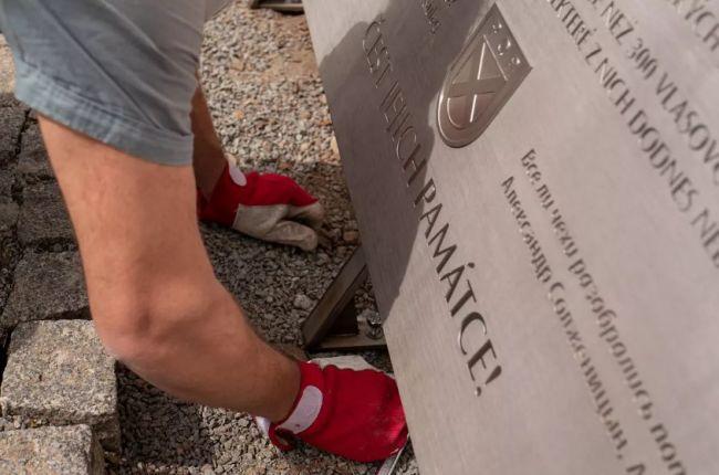 20200430_17-14-В Праге начался монтаж памятной доски власовцам с цитатой Солженицына-pic1