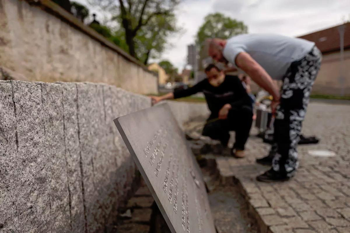 20200430_14-24-Охраняемый полицией Новотны начал строить памятник власовцам. Несмотря на россиян-pic04