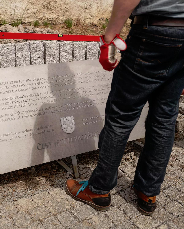 20200430_14-24-Охраняемый полицией Новотны начал строить памятник власовцам. Несмотря на россиян-pic07