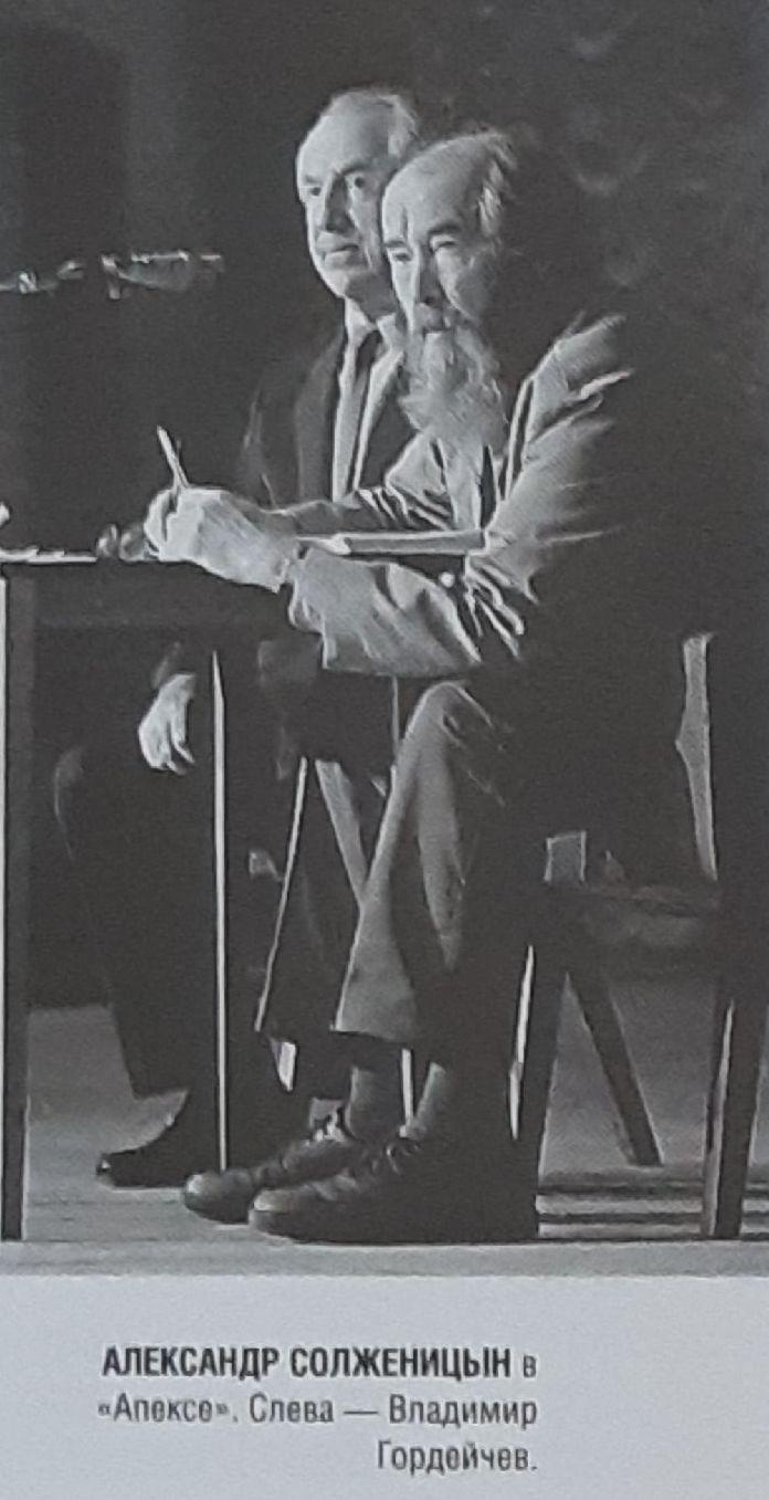 20200502_21-00-На вокзале в Воронеже расцеловывали антикоммунистическую икону Солженицына-pic4
