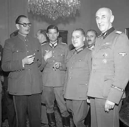В этот день 75 лет назад в чешском Пршибраме (юго-западнее Праги) чешскими же партизанами был повешен генерал РОА Владимир Баерский (на фото - рядом с Власовым)~photo_2020-05-07_18-59-52