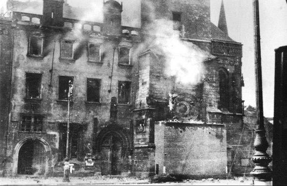 На фото - результат довольно серьезных боев 8 мая 1945 г. в центре города, в результате которых сгорела Староместская ратуша~photo_2020-05-08_11-25-04