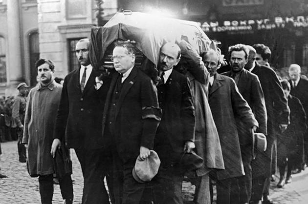 20151023-Тело Войкова доставили из Варшавы в Москву и с воинскими почестями похоронили у Кремлевской стены