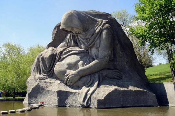20200623-Странный памятник матерям победителей открыл сегодня Путин-pic4