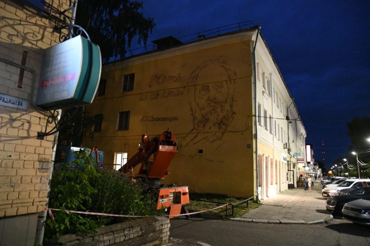 20200710_23-14-В Твери художник Виктор Лебедев приступил к работе над граффити с портретом Солженицына-pic3