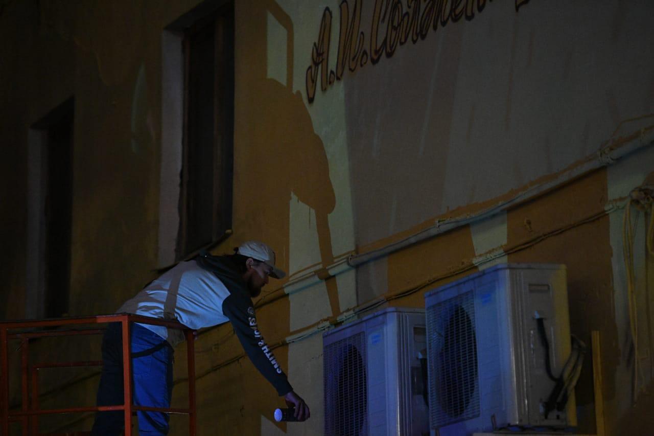 20200711_08-08-В Твери Джокер начал восстанавливать граффити-портрет Солженицына-pic01