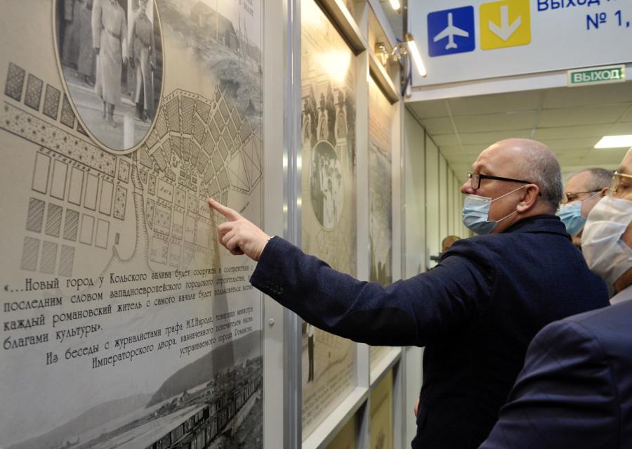20201121-В аэропорту Мурманск открылась постоянная фотоэкспозиция, посвящённая истории Кольского Севера в годы царствования императора Николая II-pic1