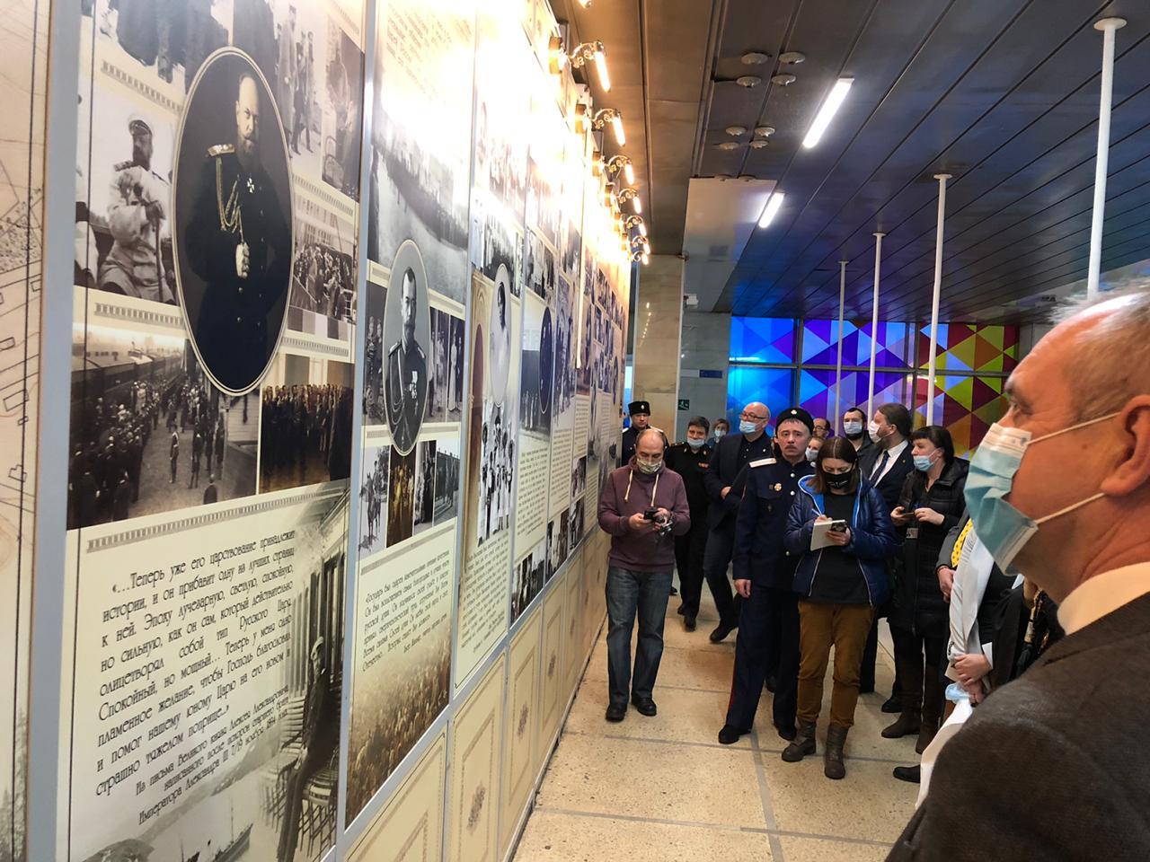 20201121_15-58-В аэропорту Мурманска открылась выставка, посвященная Николаю II-pic1