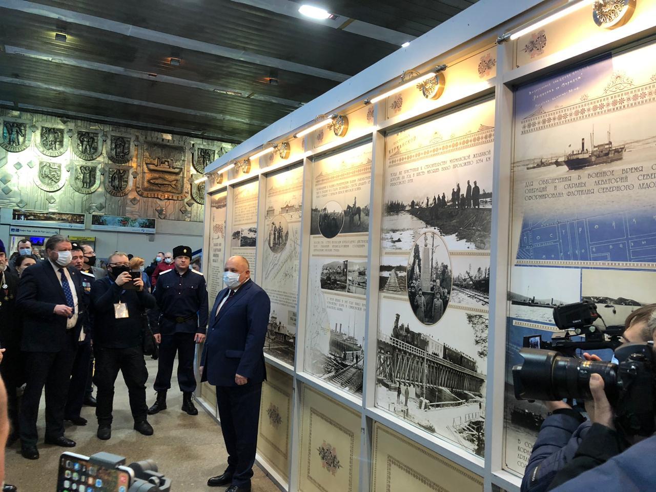 20201121_15-58-В аэропорту Мурманска открылась выставка, посвященная Николаю II-pic3