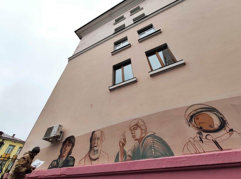 20201123_17-50-В Курске на ул Ленина рисуют портреты Цоя, Солженицына, Бодрова, Бродского и Гагарина-pic1