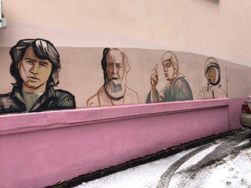 20201123_17-50-В Курске на ул Ленина рисуют портреты Цоя, Солженицына, Бодрова, Бродского и Гагарина-pic3