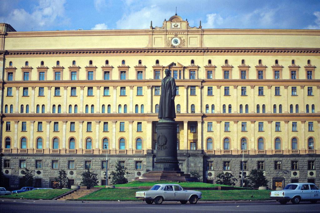 Памятник на Лубянской площади перед демонтажом 22 августа 1991 года