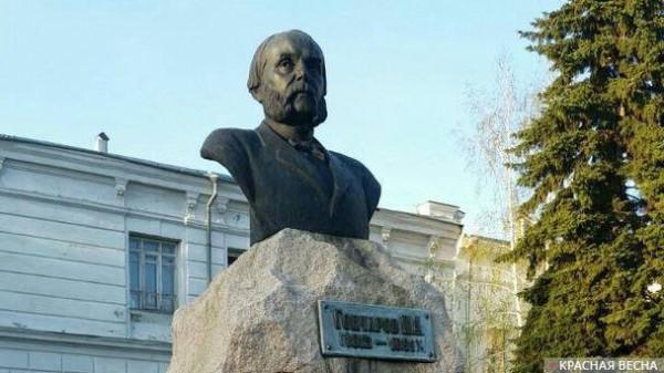 20180506_18-16-Ульяновск- Гончаров давно заслонил Ленина, но власти Ленин все равно мешает
