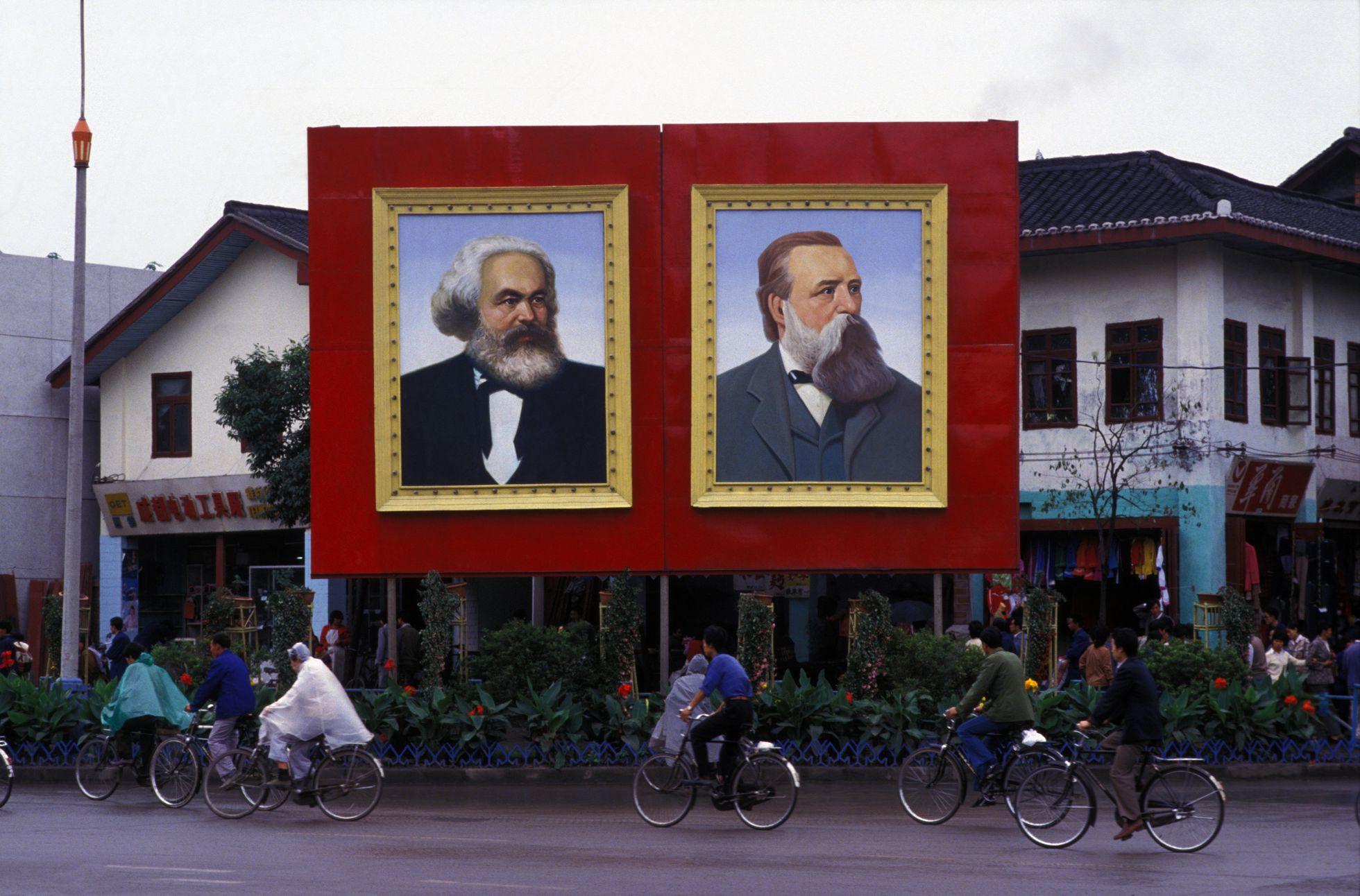 Retratos de Karl Marx y Friedrich Engels en una calle de Chengdu (China), en septiembre de 1986