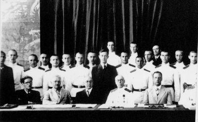 20131012-p2-Борис Коверда (в центре, в гражданском костюме) в окружении выпускников и преподавателей кадетского корпуса. Белая Церковь, Югославия, 1938 год~СиП