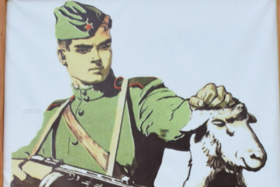 20181003_14-30-Полицейских из Таганрога заподозрили в пропаганде нацизма из-за советского плаката со свастикой в кабинете-pic1
