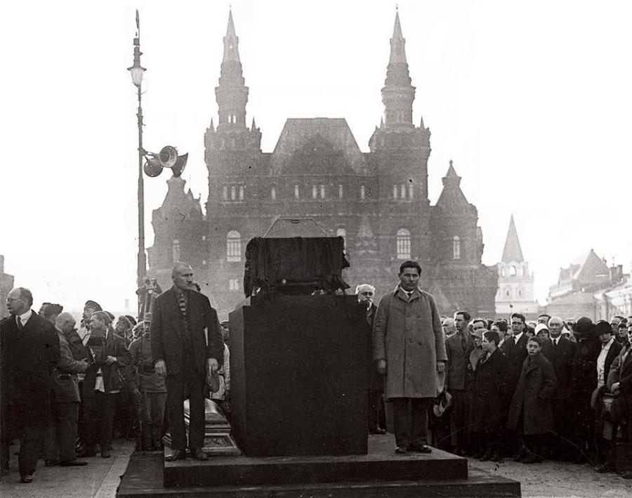 20151118_23-51-Похороны русского дипломата Петра Войкова