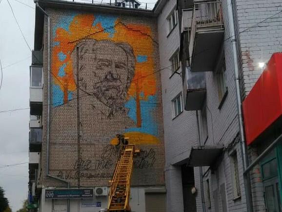 20181009_15-42-В Твери жители дома с Солженицыным устраивают пикеты против граффити и вызывают полицию-pic1