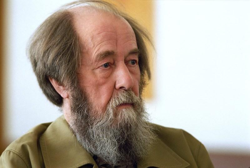 20181005-В Твери художник дорисует граффити к 100-летию со дня рождения Солженицына