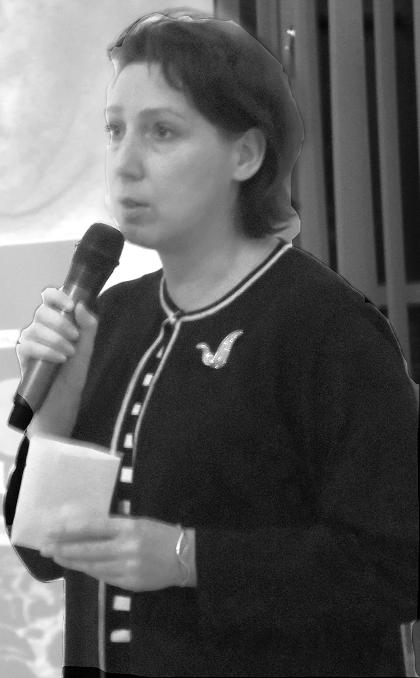 Ирина Мишина предствляет книги из редкого фонда библиотки
