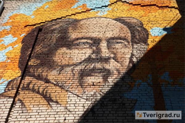 20181109_15-35-Огромный портрет Солженицына сотрут со стены дома в Твери, а художника оштрафуют-pic1