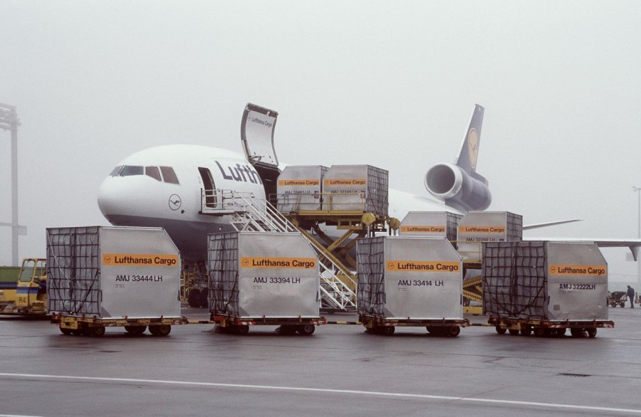 1280px-Lufthansa_Cargo_MD11_Beladung