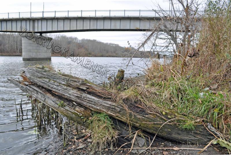 Остатки деревянного устоя железнодорожного моста через реку Исеть. Фото автора, 2014 год.