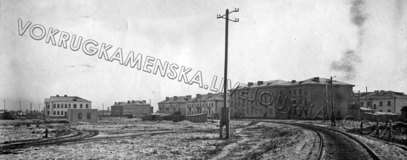 Раньше на месте улицы Ленинградской была железная дорога, по которой ходил рабочий поезд завода № 515. Слева видна школа № 9.