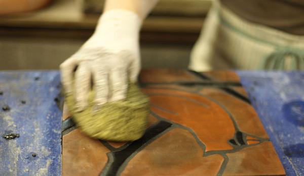 затирка мозаики сложной шершавой неглазурованной поверхности