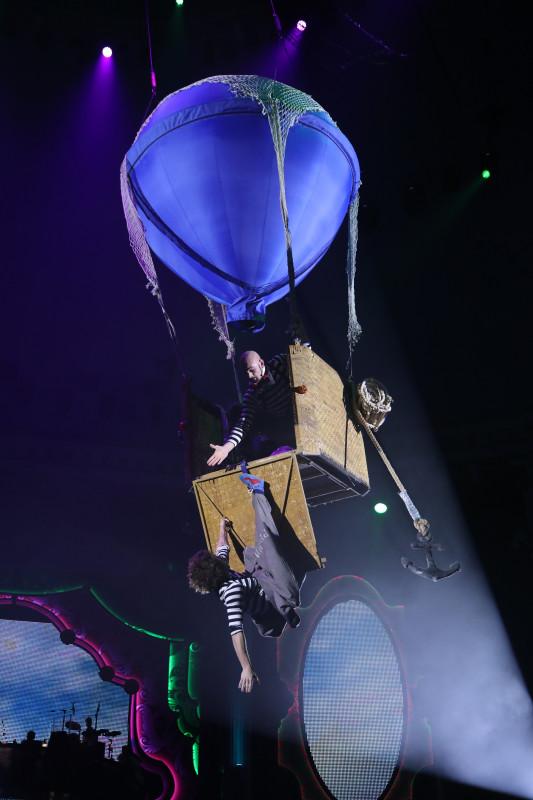 воздушный шар под куполом цирка
