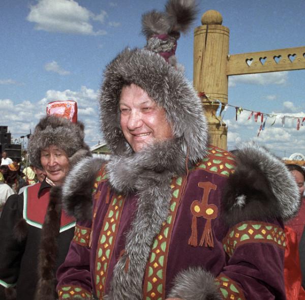 Ельцин в якутском национальном костюме