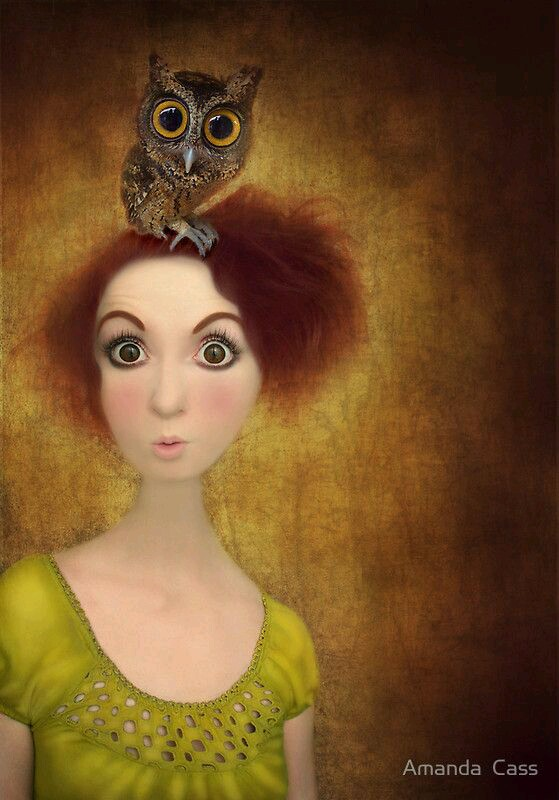 Удивленная девушка с совой на голове