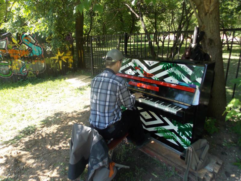 пианино во дворе