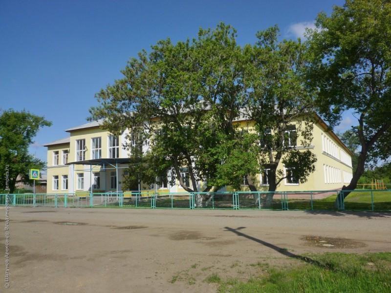 Село Щелкун. Шеола на месте бывшей церкви...