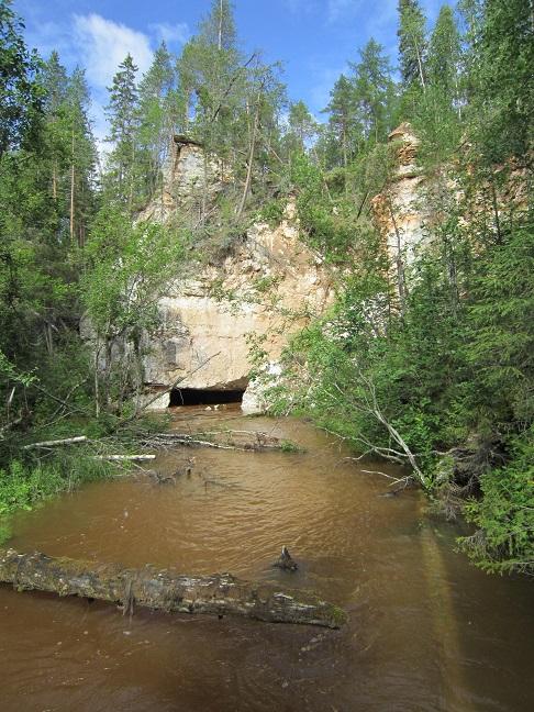 Появление реки Карьяла из скалы.