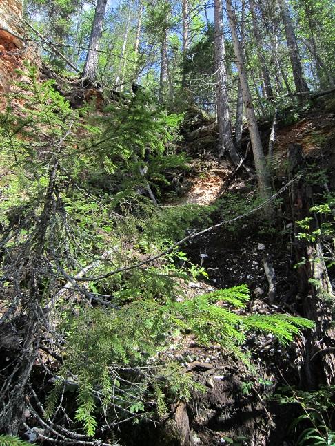 Подъём на скалу, из которой появляется речка Карьяла.