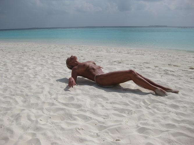 Балерина Анастасия Волочкова показала пизду и сиськи на Мальдивах (ФОТО) .