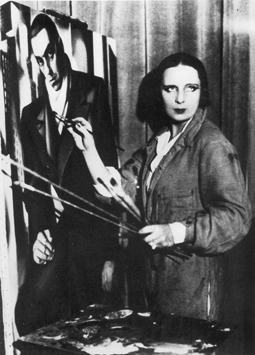 Тамара Лемпицкая, пишущая портрет мужа, ок. 1930 года. Фото: Therese Bonney / AKG-IMAGES / East News.