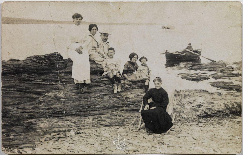 Семья Дали: няня, мать и отец художника, тётя Катерина, сестра Анна-Мария и бабушка Анна. Кадакас, 1910 © Artifex.ru