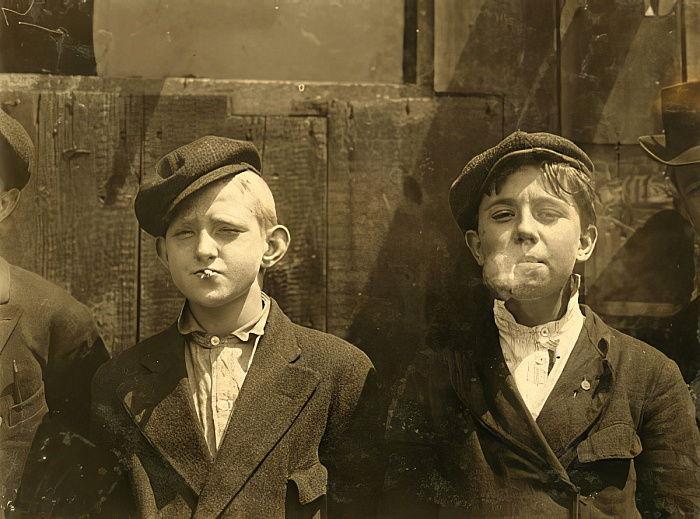 Газетчики перекуривают, Сент-Луис, Миссури. 1910(Newsboys having a cigarette break, St. Louis, Missouri. 1910)