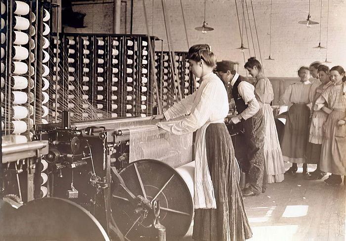 Молодые женщины, работающие на прядильной машине на хлопчатобумажной фабрике, Южная Каролина, 1908 (Young women working at a spinning machine in a cotton mill, South Carolina, 1908 )Льюис Викес Хайн