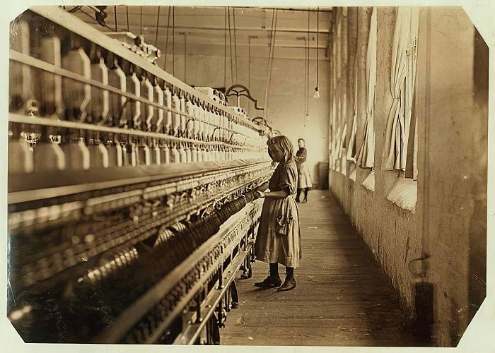 Сэди Пфайфер, всего 4 фута ростом, проработала 6 месяцев в Lancaster Cotton Mills, Южная Каролина, 1908 автора Льюис Викес Хайн