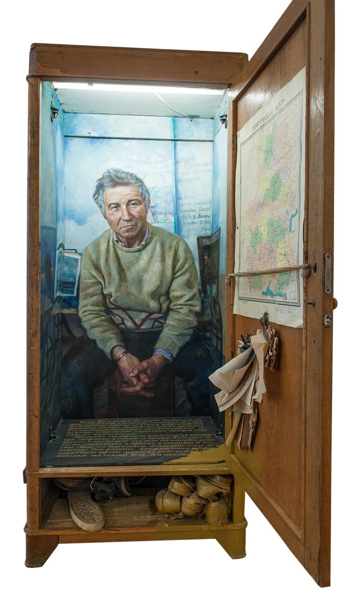 Шкаф Ильи (Портрет Кабакова) Правая часть трехчастной композиции. Илья Макаревич 1987 Смешанная техника. 209 х 75 х 65