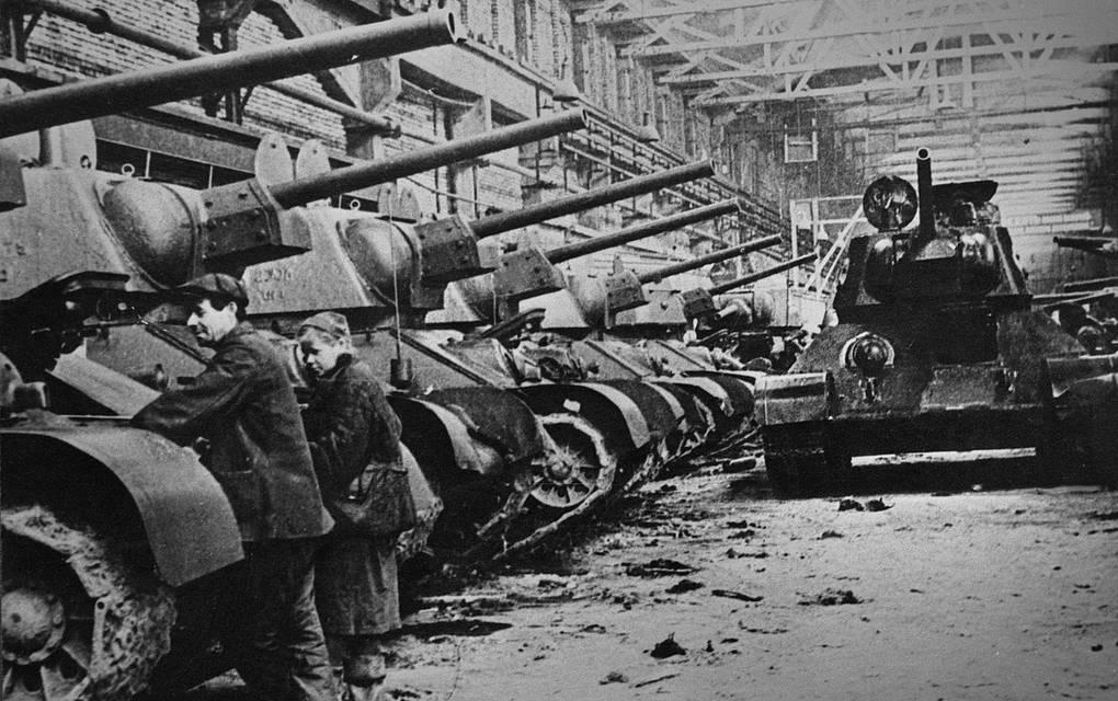 Танки Т-34 на Челябинском тракторном заводе, 1942 год© ТАСС
