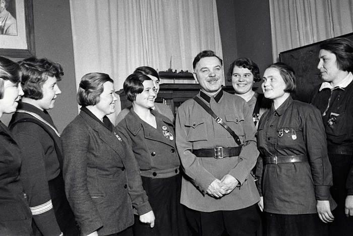 Народный комиссар обороны Климент Ворошилов на встрече с комсомольцами.