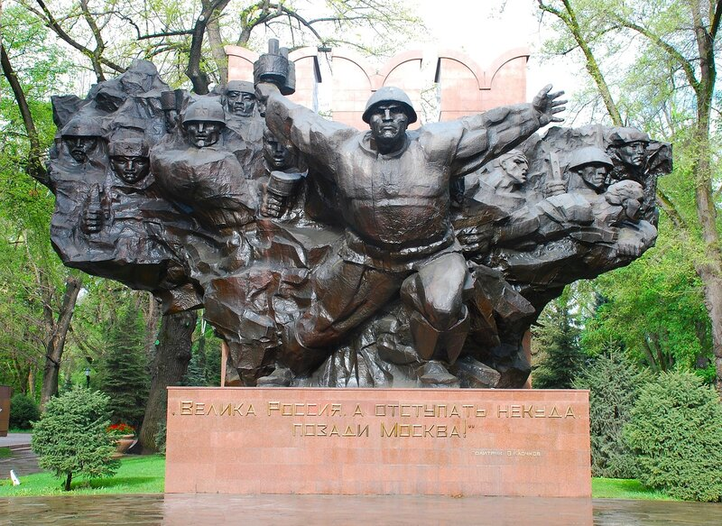 Осенью 1934 года будущий знаменитый политрук перебирается в Пензу. Он селится в небольшом домике во дворе городского почтамта на Сенной площади. В нем он проживет около двух лет. Памятник В. Клочкову в Пензе