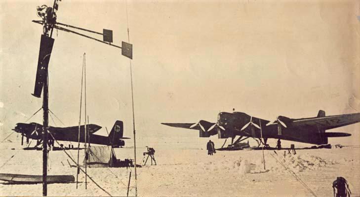тяжелые самолеты на льдине у Северного полюса