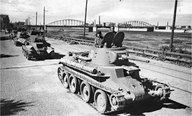 Блокадный Ленинград. Танки БТ-5 направляются на фронт по проспекту Володарского. 1943 год.
