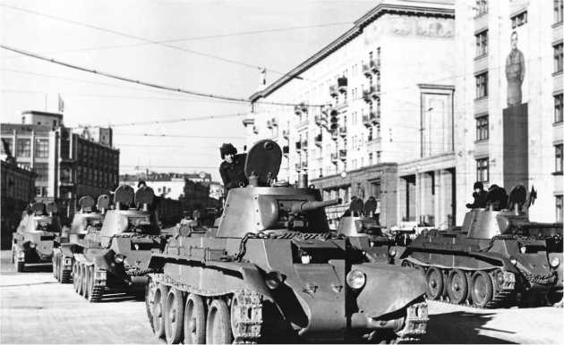 Танки БТ-7 на ул. Горького в ожидании сигнала «начать движение». Москва, 7 ноября 1940 года.